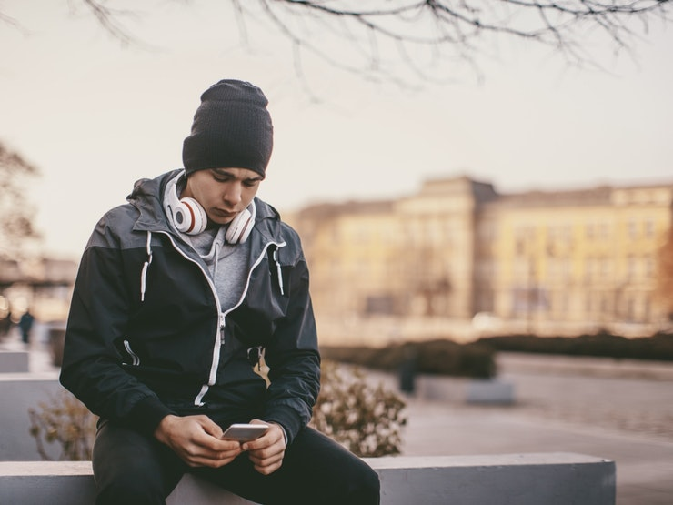 Hipster Man Texting Istock 637617740